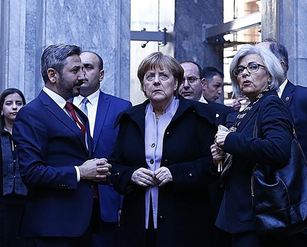 Resmi temaslarda bulunmak üzere Ankara'ya gelen Almanya Başbakanı Angela Merkel, TBMM'yi ziyaret etti. Merkel, FETÖ'nün 15 Temmuz'daki darbe girişiminde meclisin bombalanan bölümlerini gezerek TBMM Başkanvekili Ahmet Aydın'dan bilgi aldı. ( Mehmet Ali Özcan - Anadolu Ajansı )