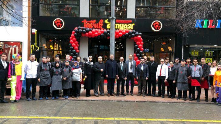 Tavuk Dünyası'nın Eskişehir'deki 3. restoranı Doktorlar Caddesi'nde açıldı